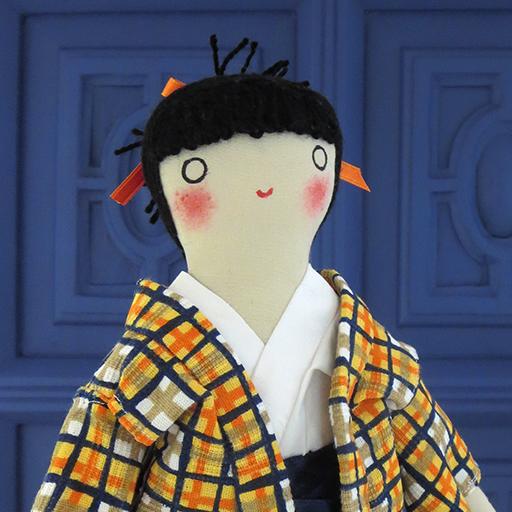 muñeco de Momotaro hecho a mano de en el taller por Ohmyrabbit!